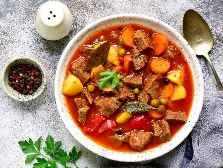 Яхния със свинско месо от плешка, картофи, гъби и замразен грах в мултикукър - снимка на рецептата